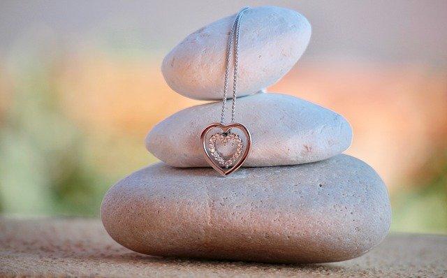 積み上げ上げた石とネックレス