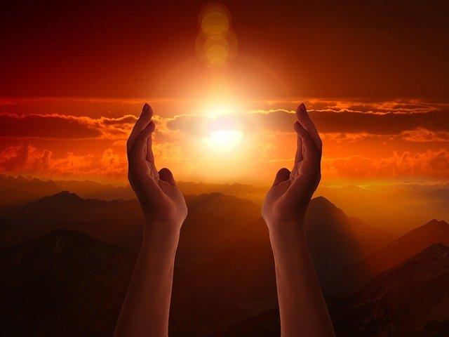太陽を包むような両手
