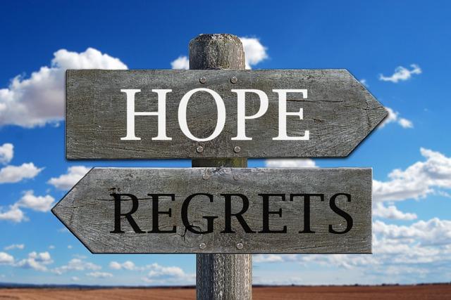 看板にHOPEとREGRETSの文字